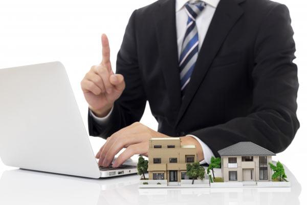営業担当者の的確なアドバイス パソコンとビジネスマン