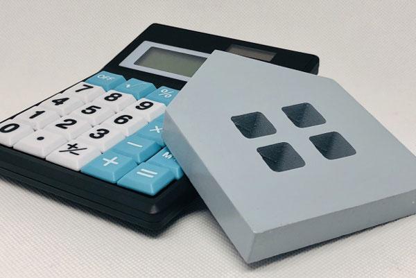 アパート経営の支出 住宅模型と電卓