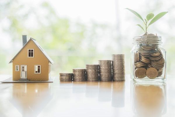 様々な条件でもできる「土地活用の始め方」住宅模型と積み上げたコイン