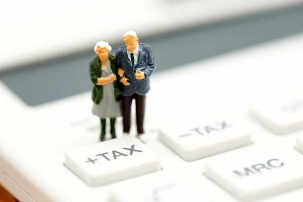実家の相続税はいくら? 電卓と夫婦のミニチュア模型