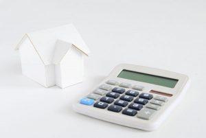 住宅(戸建て・アパート)の立ち退き料の求め方 住宅模型と電卓